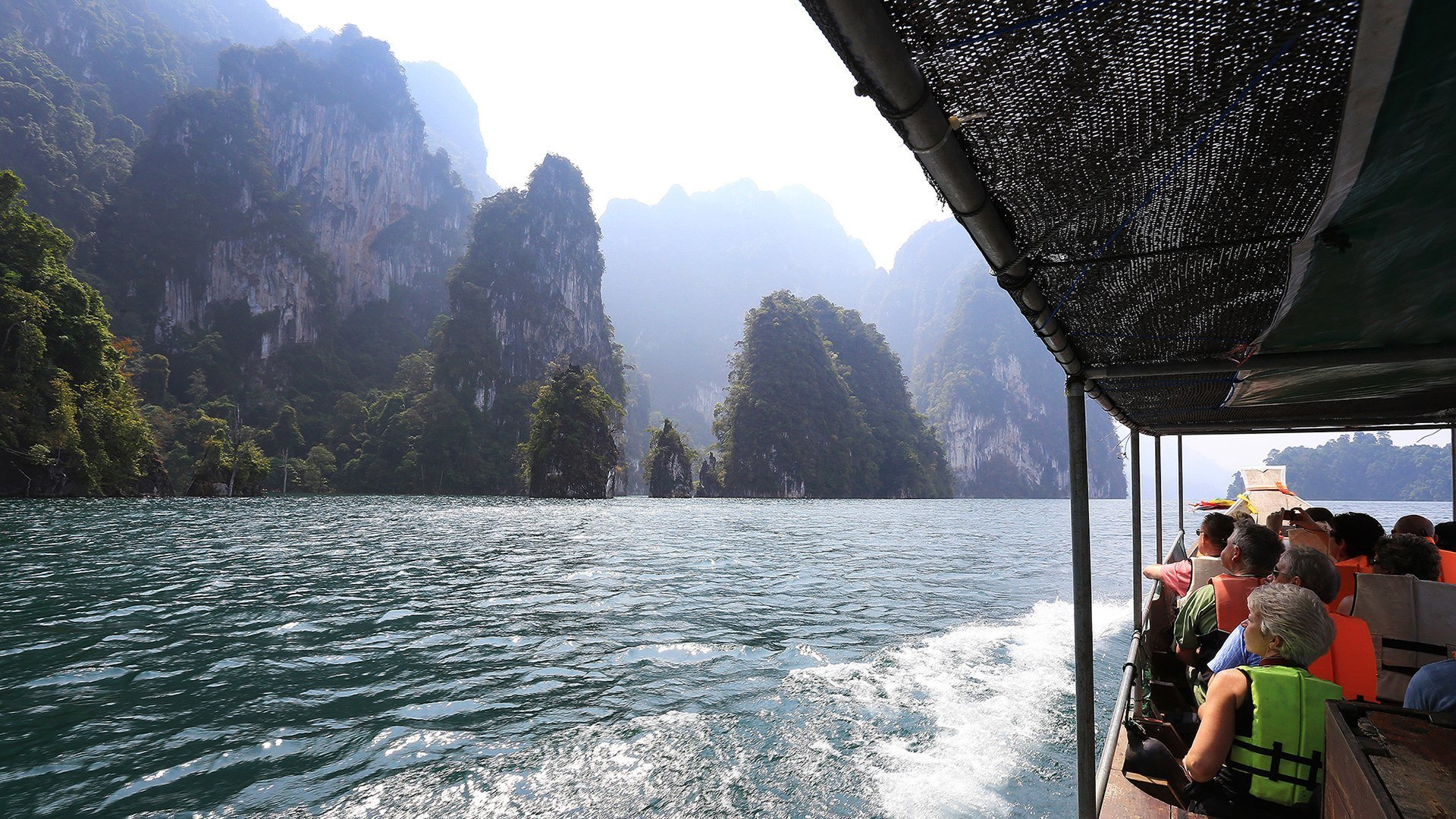 Scenerg surrounded by Khao Sok National Park Tourists can enjoy the moment with our.